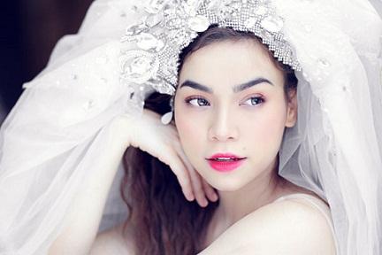 Trang điểm làm tóc cuốn hút cô dâu